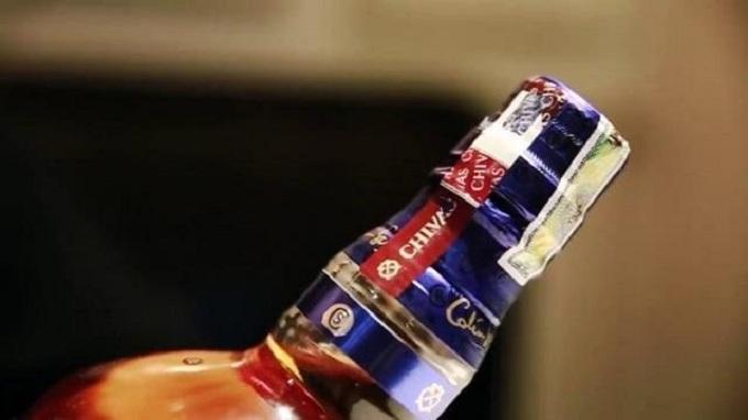Cách phân biệt rượu Chivas thật và giả thông qua Guarantee bảo vệ nắp chai